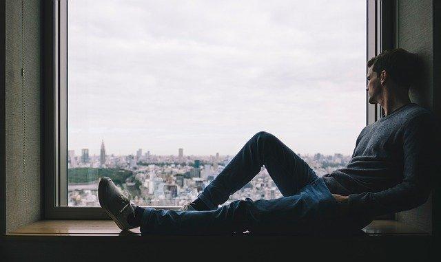 homme seul et heureux