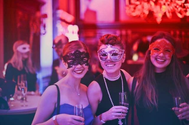soirée masquée en club échangiste